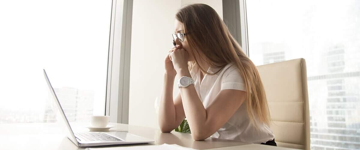 imagem que represente mulher empreendedora de meia-idade estudando