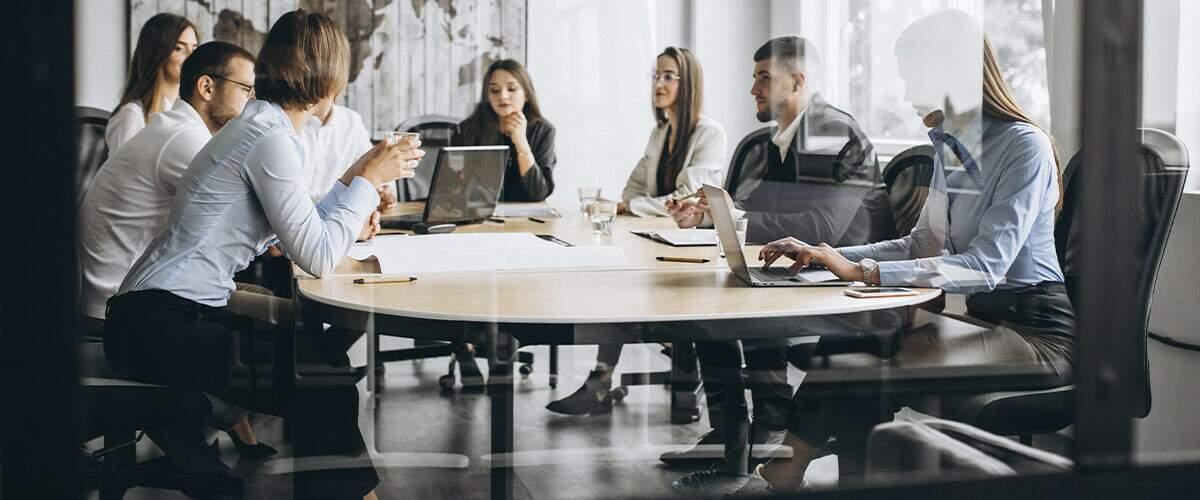 imagem que represente grupo de pessoas em reunião