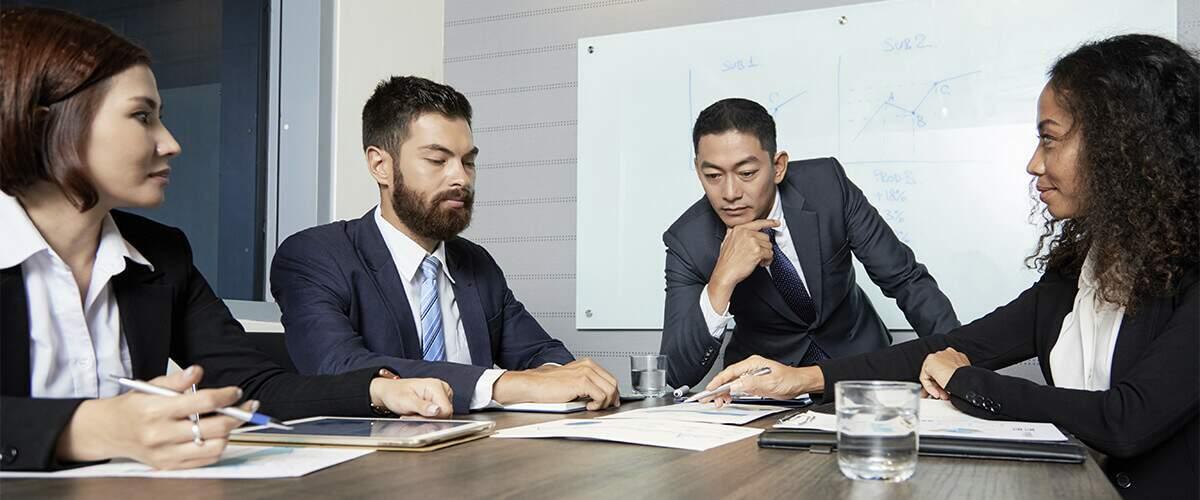 imagem que represente líder e colaboradores conversando ou treinamento