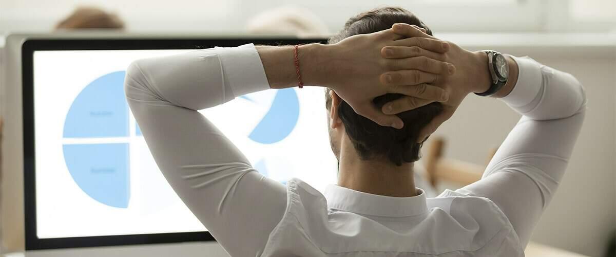 imagem que represente pessoa usando algum sistema  de gestão, de frente para o computador